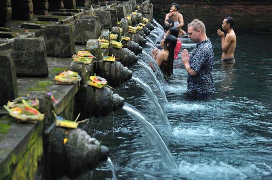 tirta empul holy spring tampaksiring bali indonesia